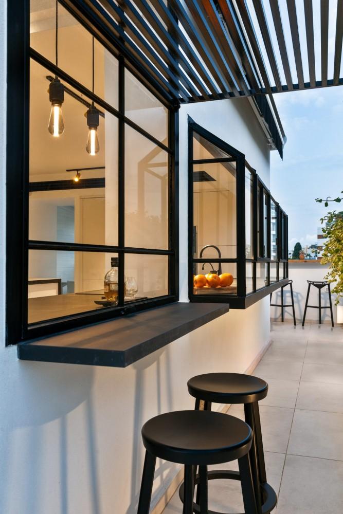 צילום חוץ של חלון הדלפק מתרומם מעלה ומחבר את יושבי הדלפק מבפנים עם היושבים בחוץ
