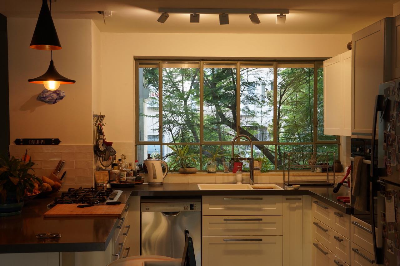 חלון המטבח שמכניס הביתה את צמרות העצים