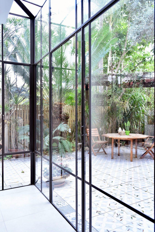 ויטרינה פרופיל בלגי עם גגון זכוכית שקופה מורחקת מקו הבית, מגדילה את המרחב. – פרוייקט ארטפרו באור יהודה