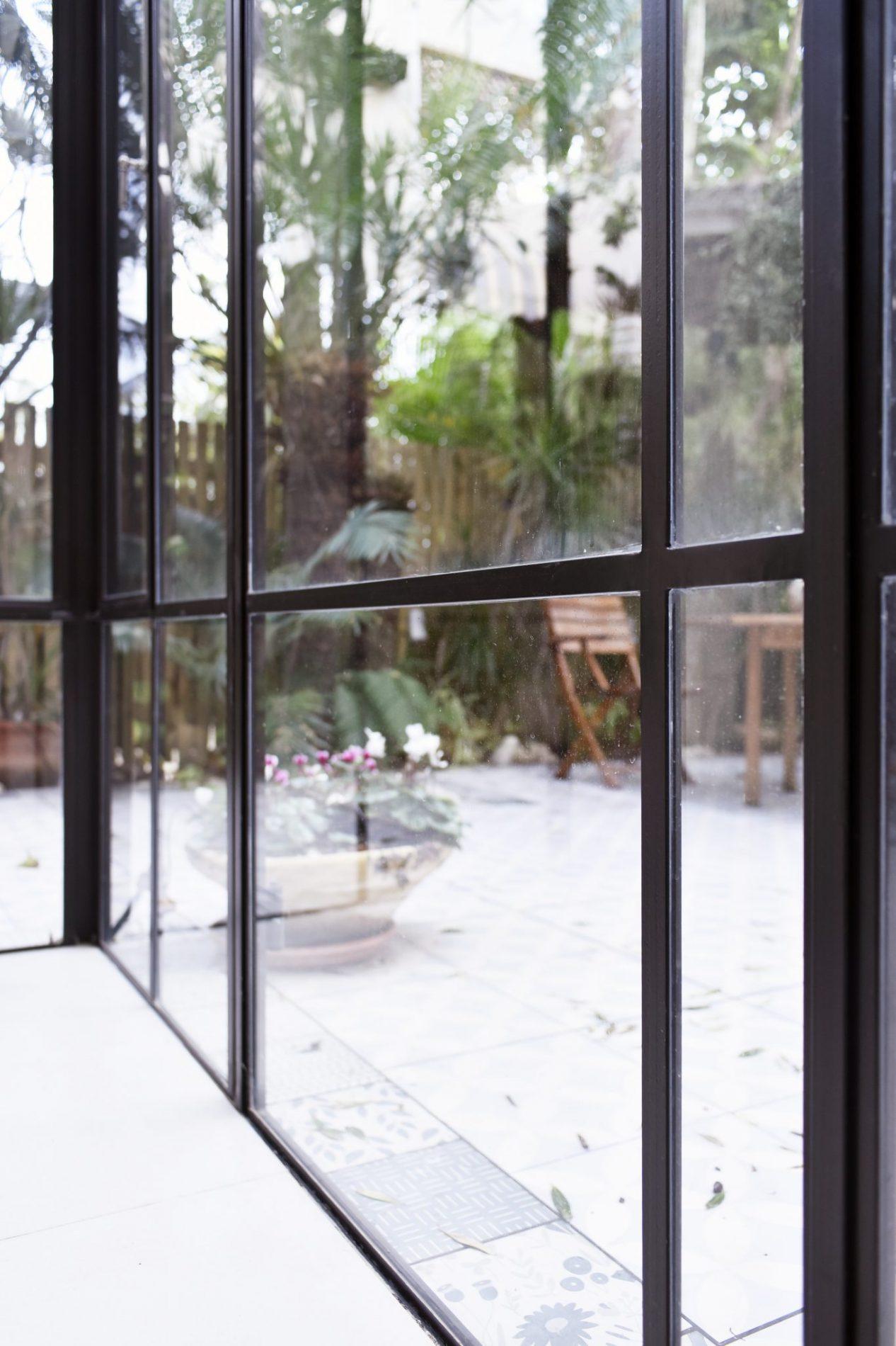 חיבור של שתי ויטרינות פרופיל בלגי בפינת הבית – מבט מבפנים– פרוייקט ארטפרו באור יהודה
