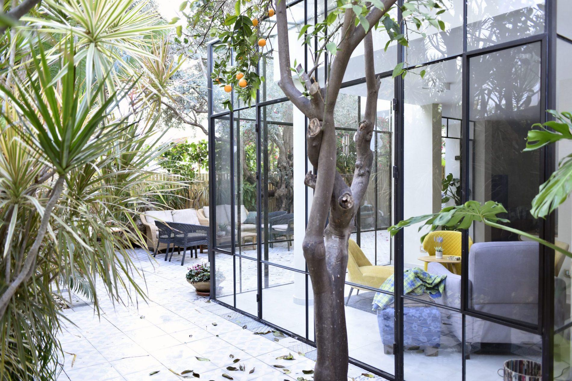תחושה של קוביית זכוכית נוצרת מחיבור של שתי ויטרינות פרופיל בלגי בפינת הבית– פרוייקט ארטפרו באור יהודה
