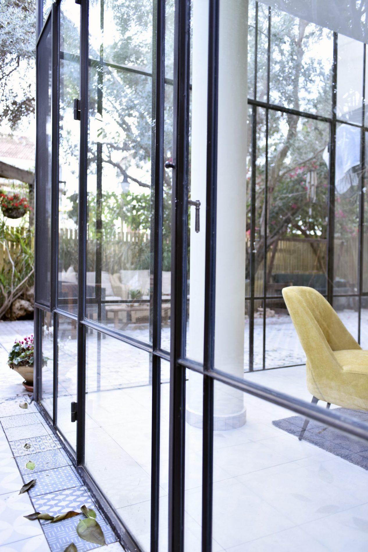 קוביית זכוכית נוצרת מחיבור של שתי ויטרינות פרופיל בלגי בפינת הבית – פרוייקט ארטפרו באור יהודה