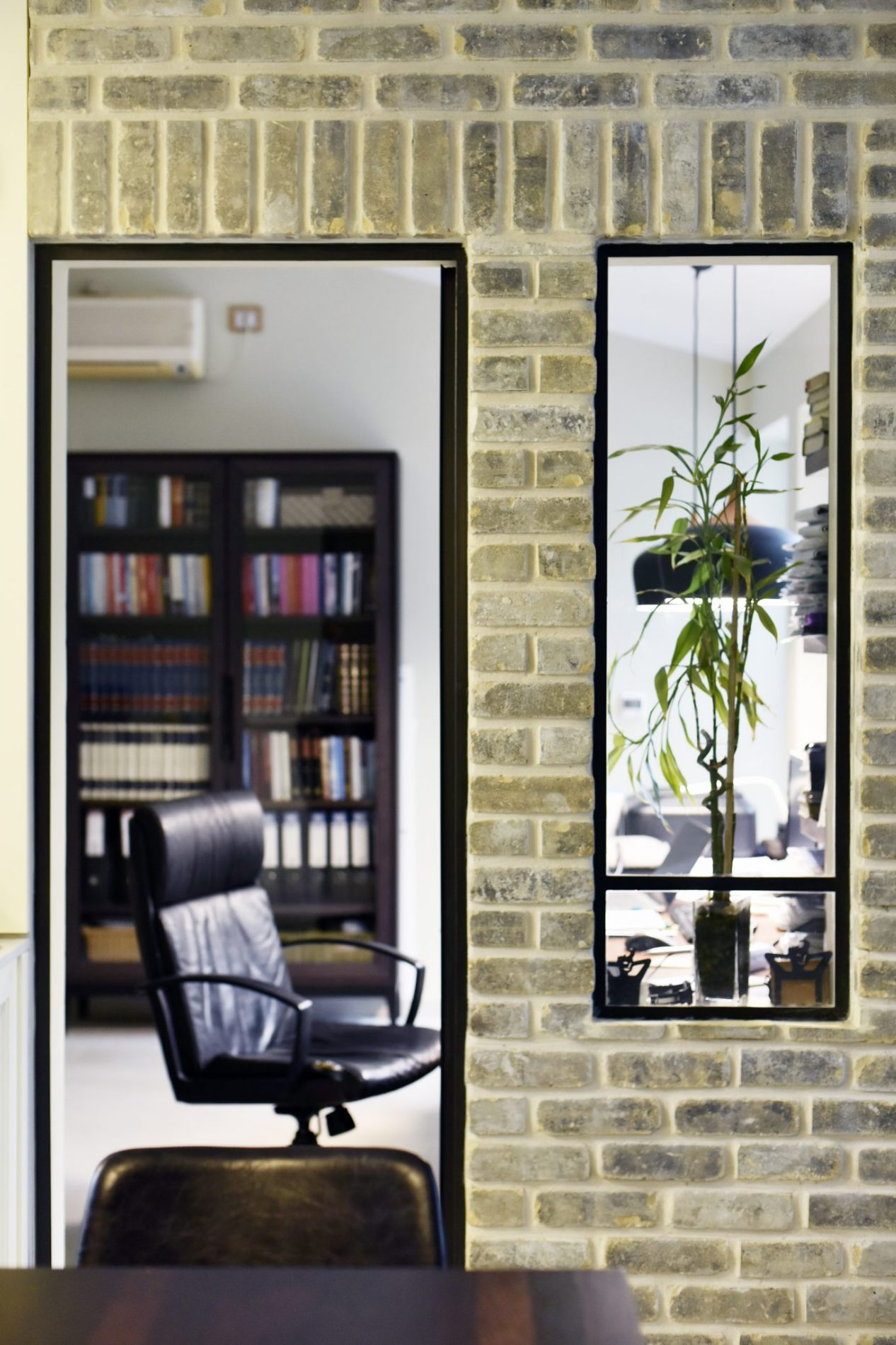 חלון ודלת פרופיל בלגי מאפשרים ליושבים בחדר העבודה קשר עין עם הסלון והמטבח. – פרוייקט ארטפרו באור יהודה