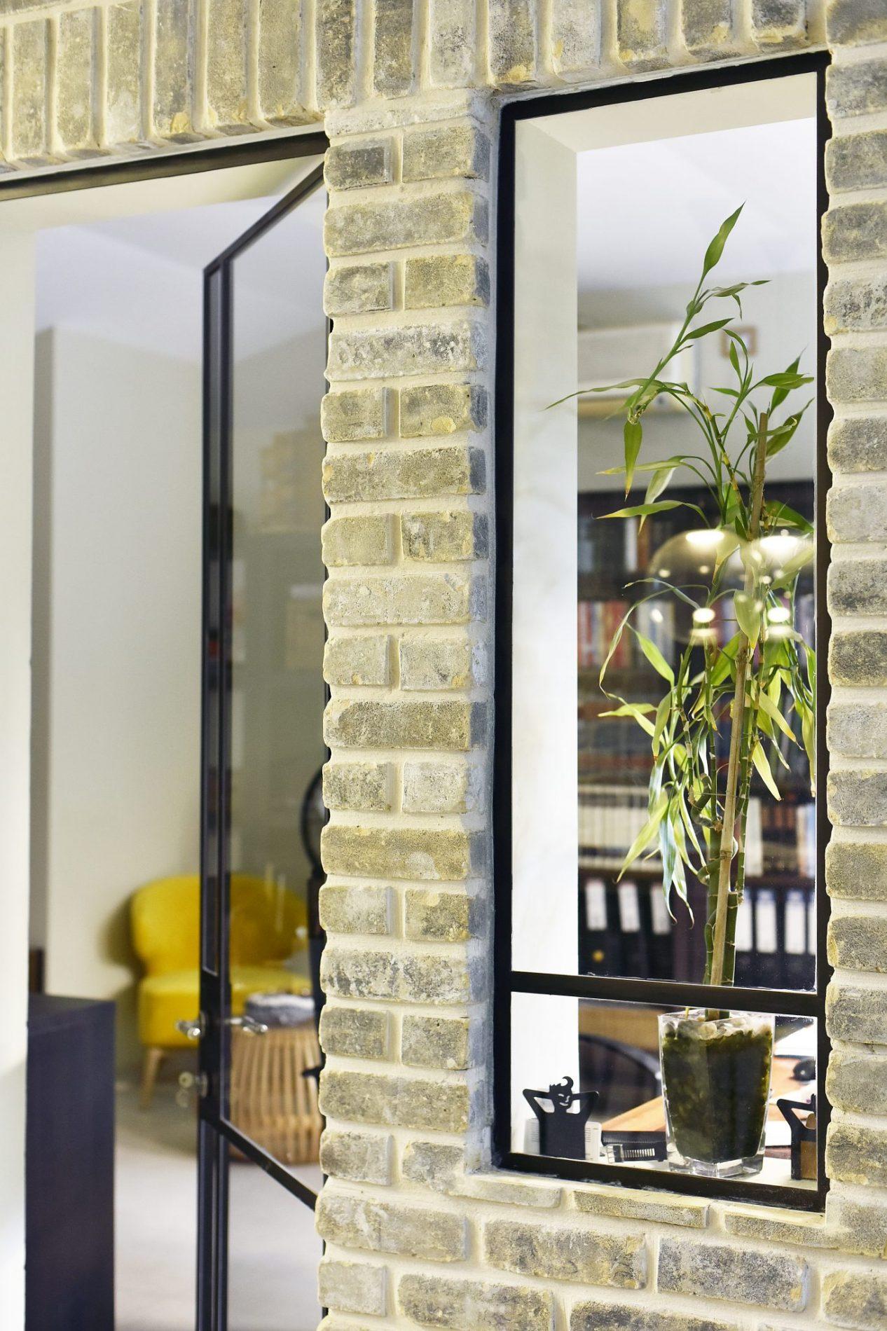 חלון ודלת פרופיל בלגי בין חדר העבודה לסלון ולמטבח. – פרוייקט ארטפרו באור יהודה