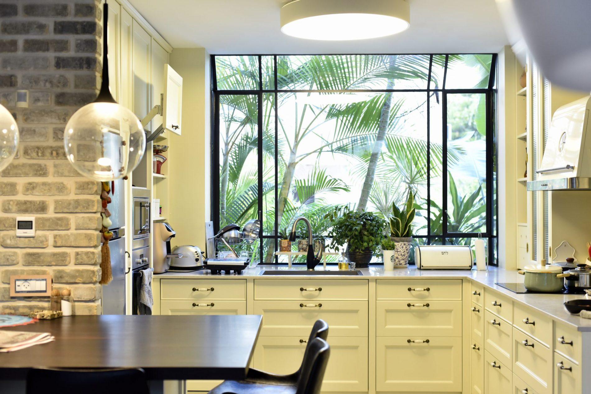 במטבח חלון bay מפרופיל בלגי שחור– פרוייקט ארטפרו באור יהודה