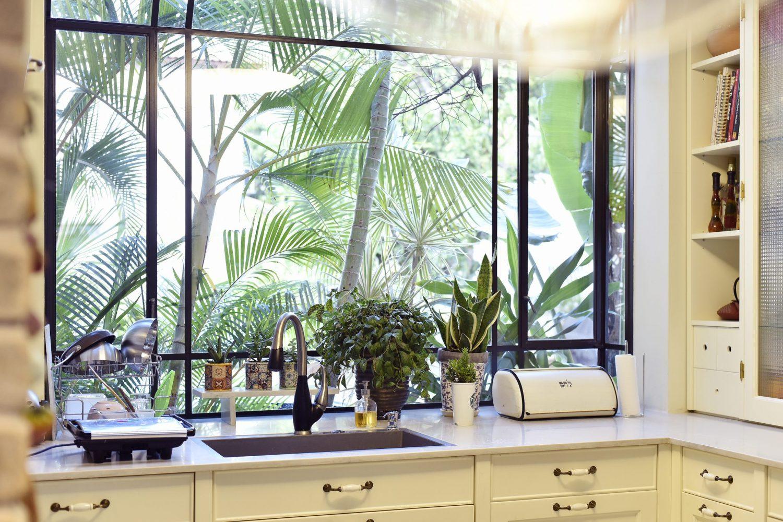חלון bay מפרופיל בלגי שחור במטבח, חיבור מושלם בין פנים לחוץ. – פרוייקט ארטפרו באור יהודה