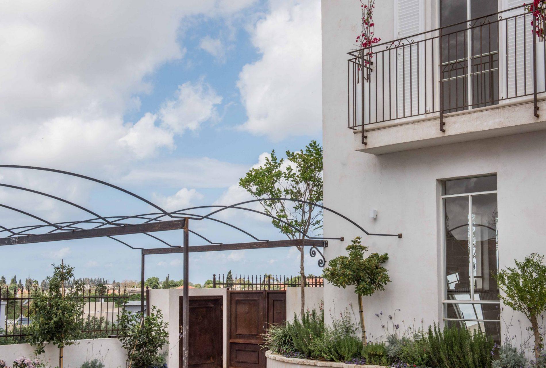 חלון פרופיל בלגי, פרגולה לחניה, שערים ומעקה ברזל למרפסת