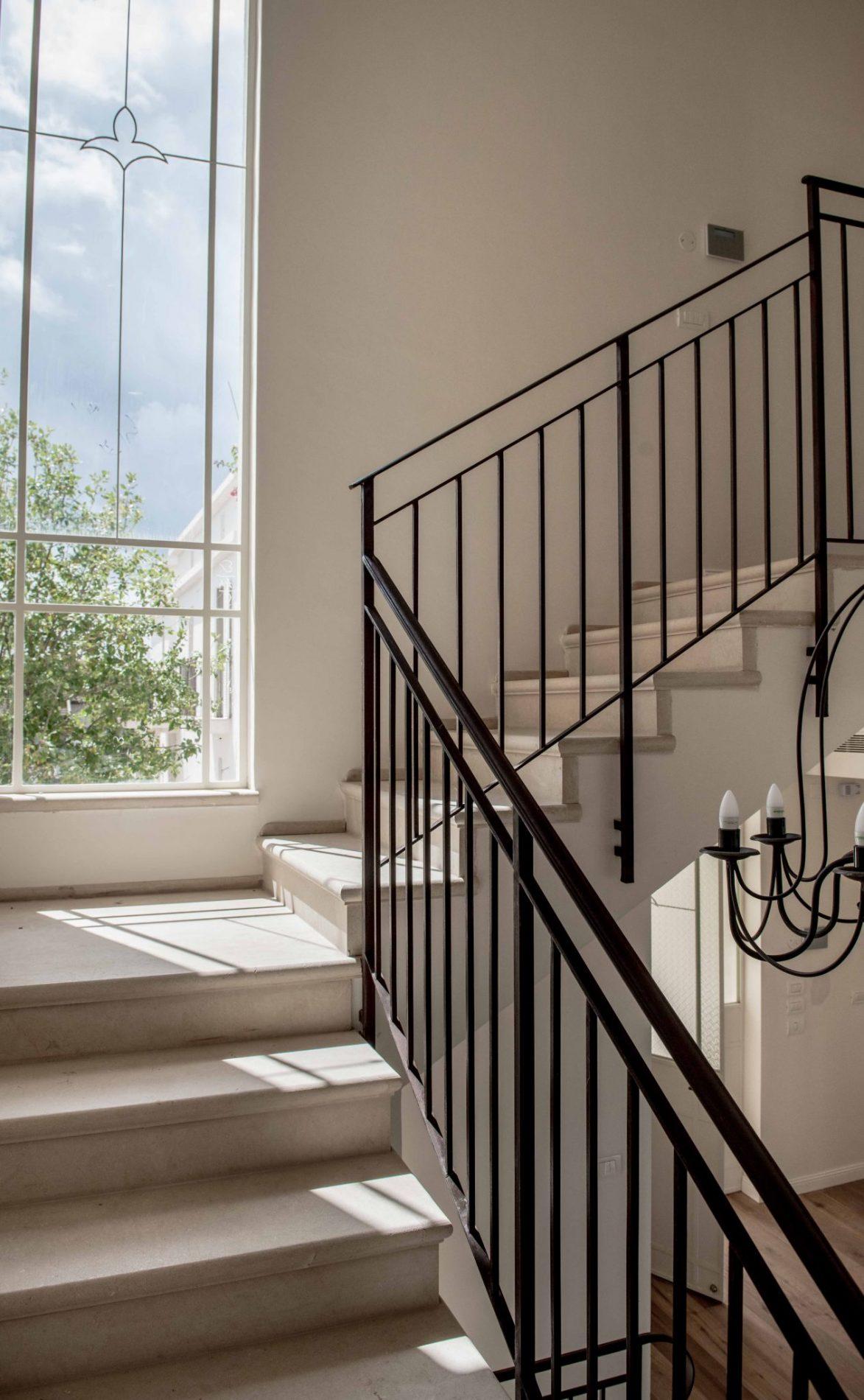 חלון פרופיל בלגי ארוך מלווה את גרם המדרגות