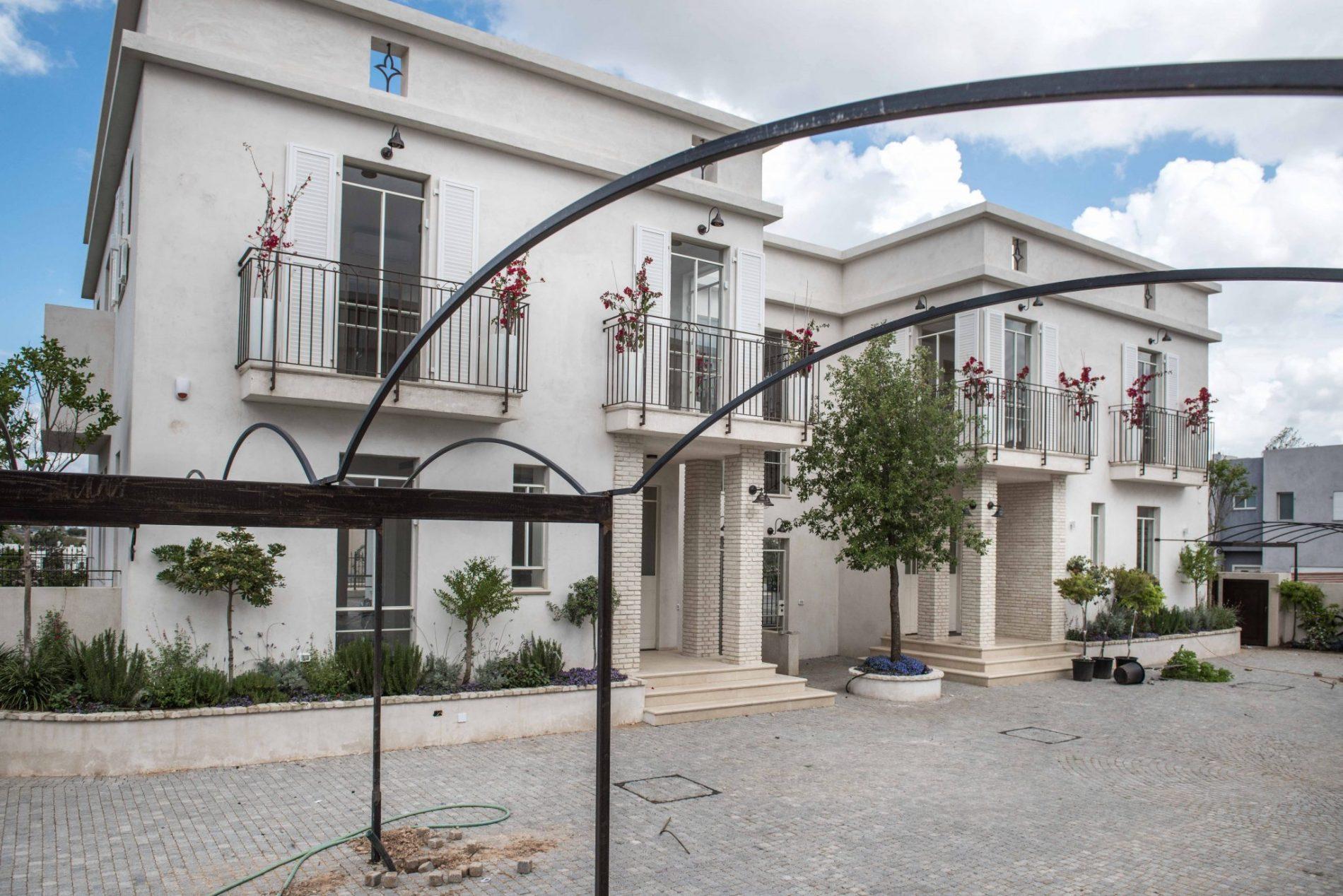 שאטו בכפר – קומפלקס של 4 בתים בקדימה