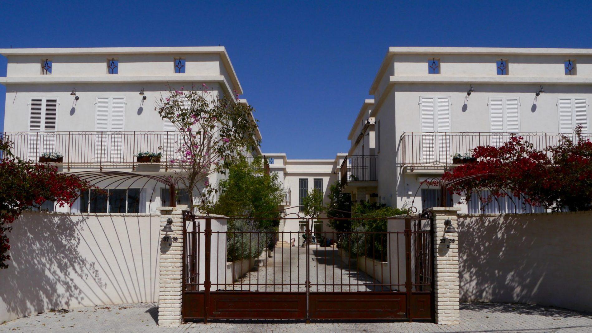 פרוייקט שאטו בכפר - קומפלקס של 4 בתים בקדימה- מבט מהרחוב