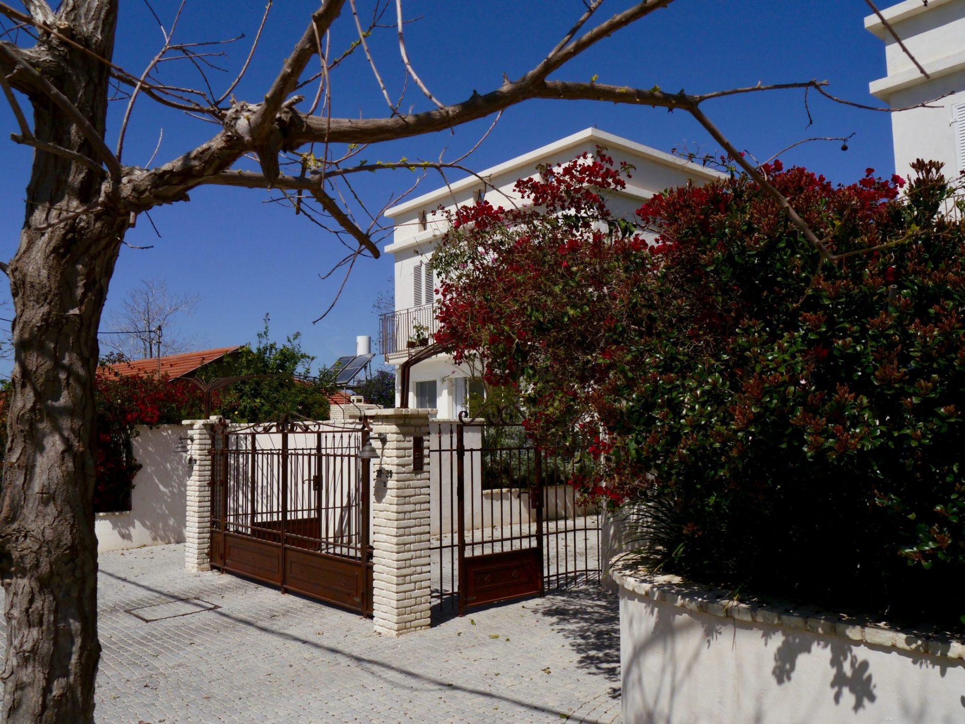 שערי הכניסה, הגגון וצמח ה בוגנוויליה – מבט מרחוק