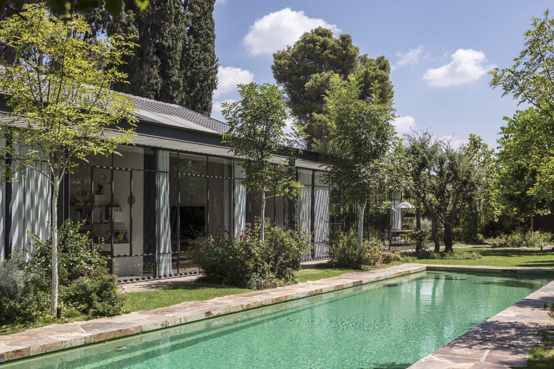 בית טובל בגן ובריכה לאורכו - בית הזכוכית