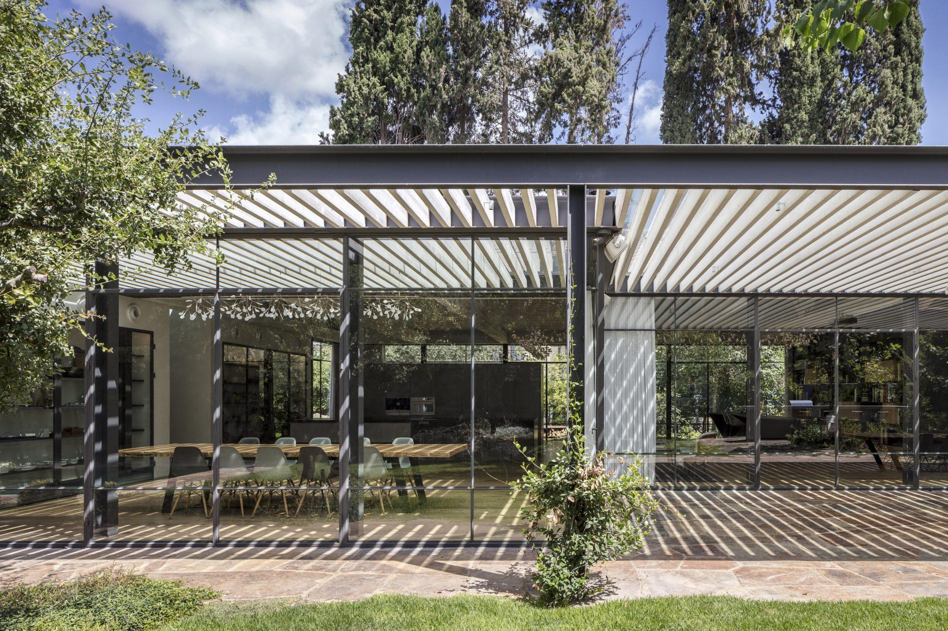 הגינה ופנים הבית מתמזגים לאחד דרך החלונות הבלגיים - בית הזכוכית