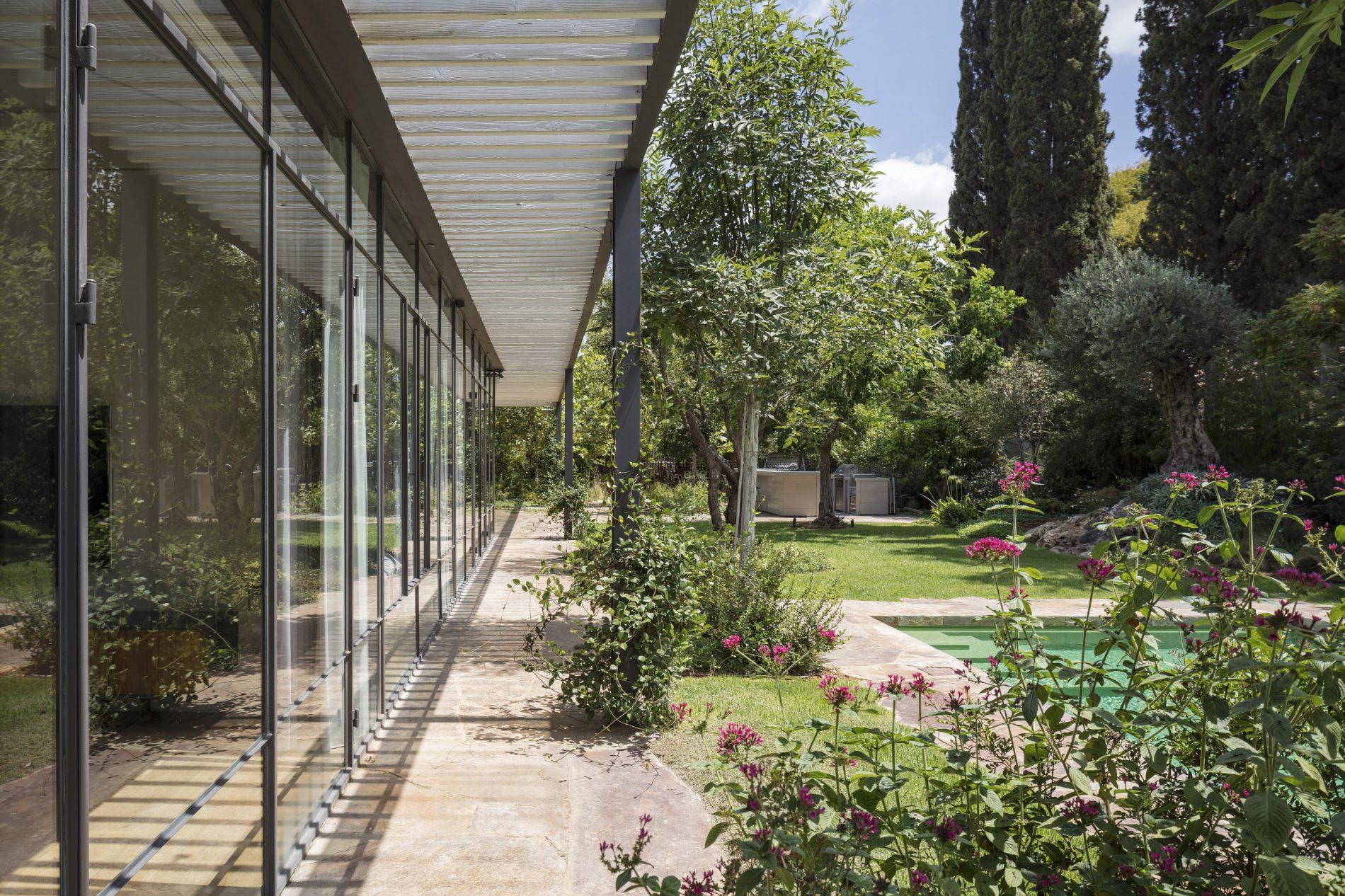 קיר מסך של חלונות בלגיים - בית הזכוכית בסביון