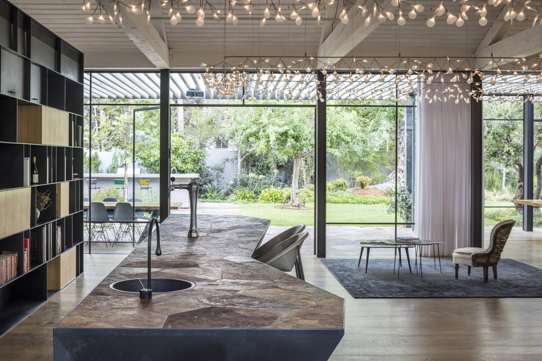 אור רב נכנס לבית דרך החלונות מפרופיל בלגי דקיק - פרוייקט בית הזכוכית
