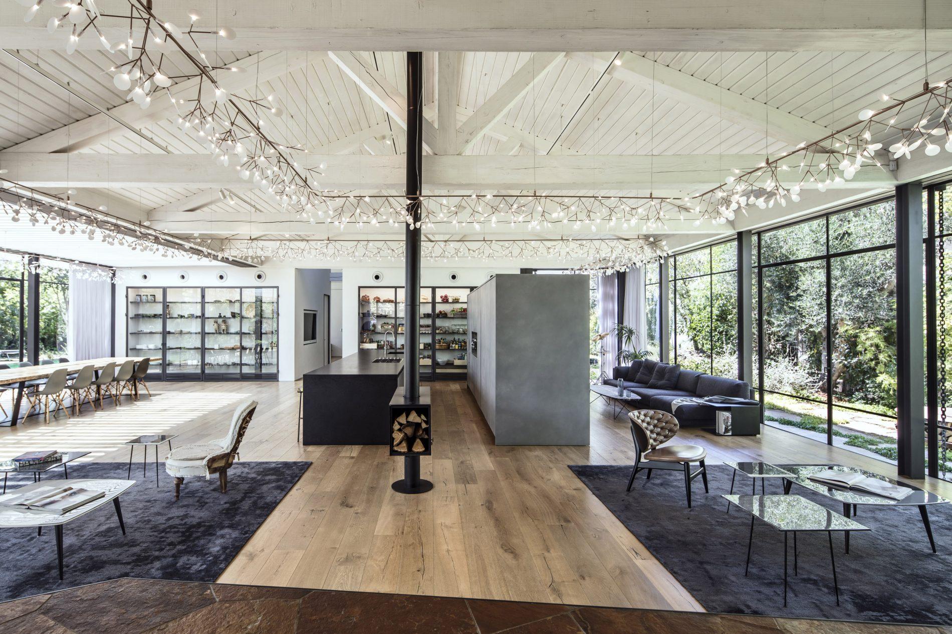 פנים הבית ברקע ארון פינת האוכל וארון המטבח השקופים - פרוייקט בית הזכוכית