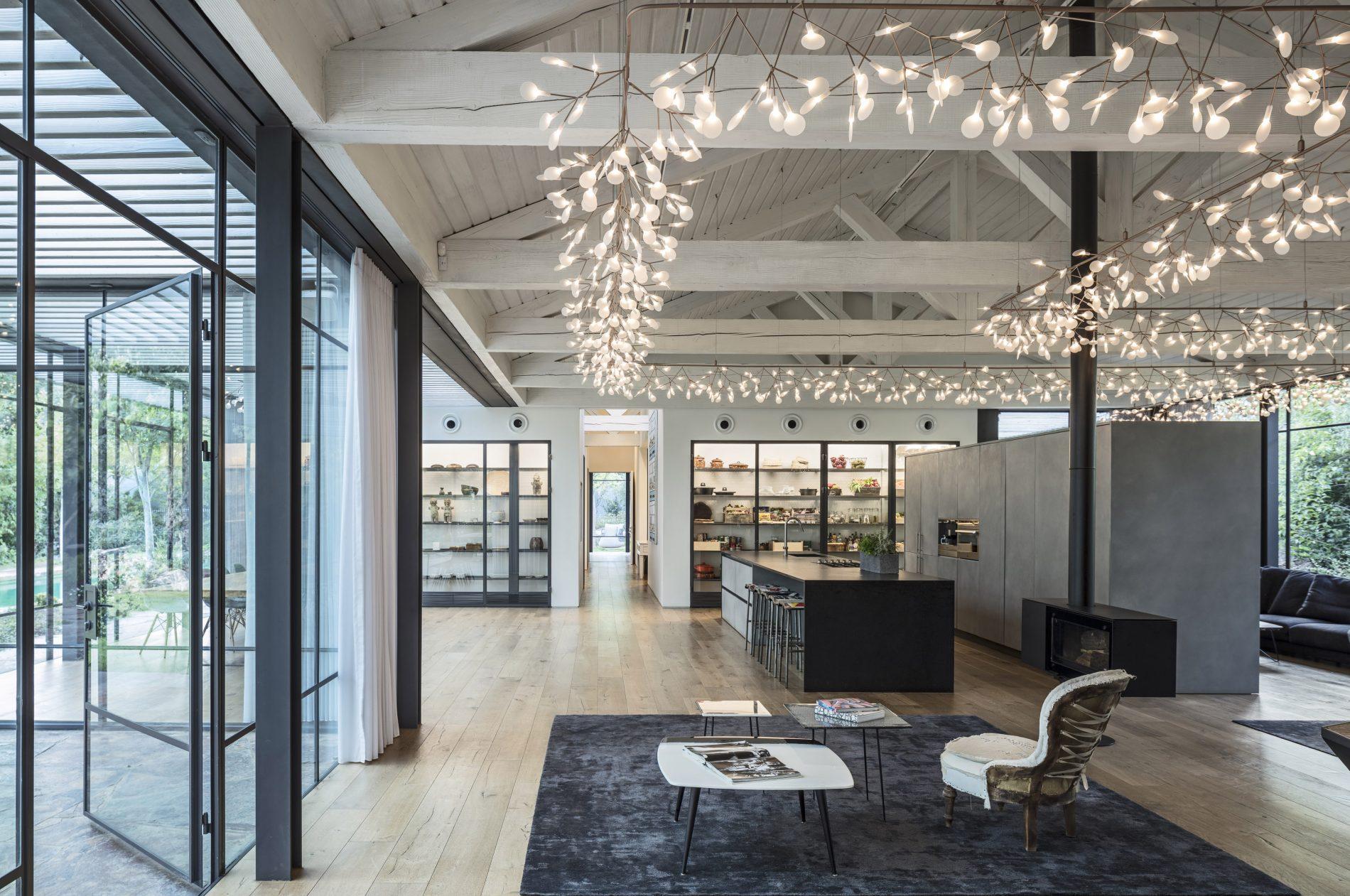 פנים הבית כולל מבט אל ארון פינת האוכל וארון המטבח השקופים - בית הזכוכית