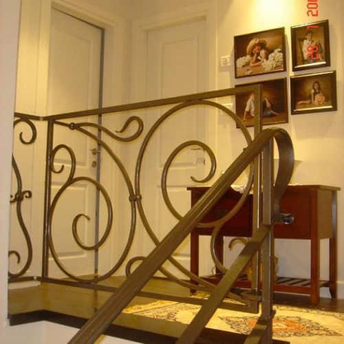 מעקה מדרגות מברזל