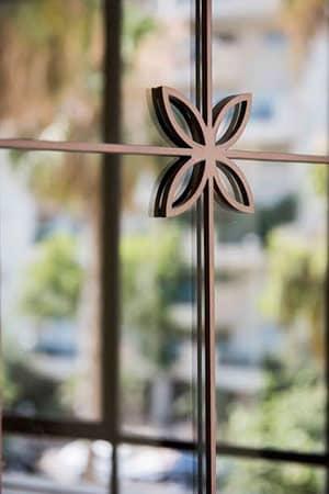 חלון בלגי עם עיצובים קטנים
