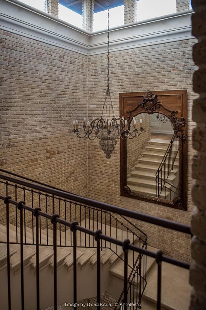 מעקה טבעות בגרם מדרגות הפנים - טוסקנה בכפר שמריהו