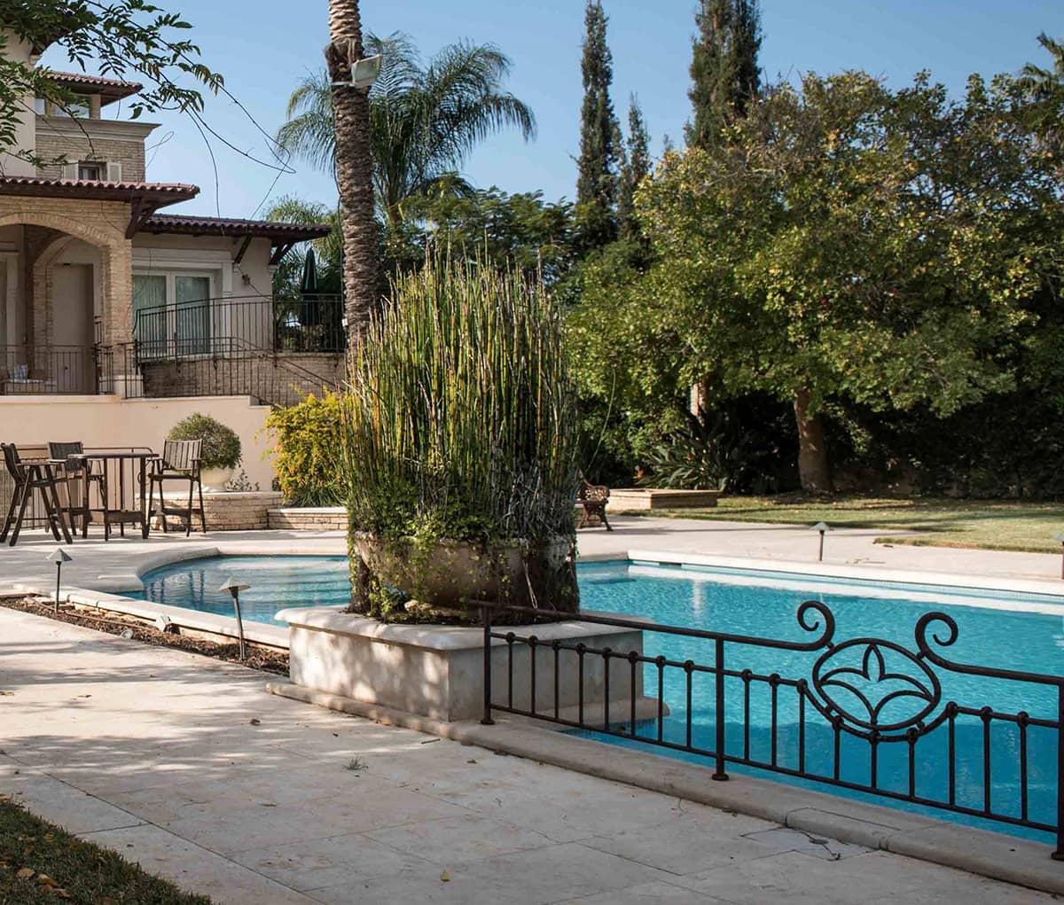 מעקה טבעות עם ״פלור דה לי״ לצד הבריכה - טוסקנה בכפר שמריהו
