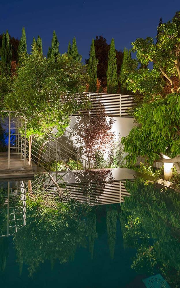 הגינה והבריכה בלילה - ארטפרו בית בסביון