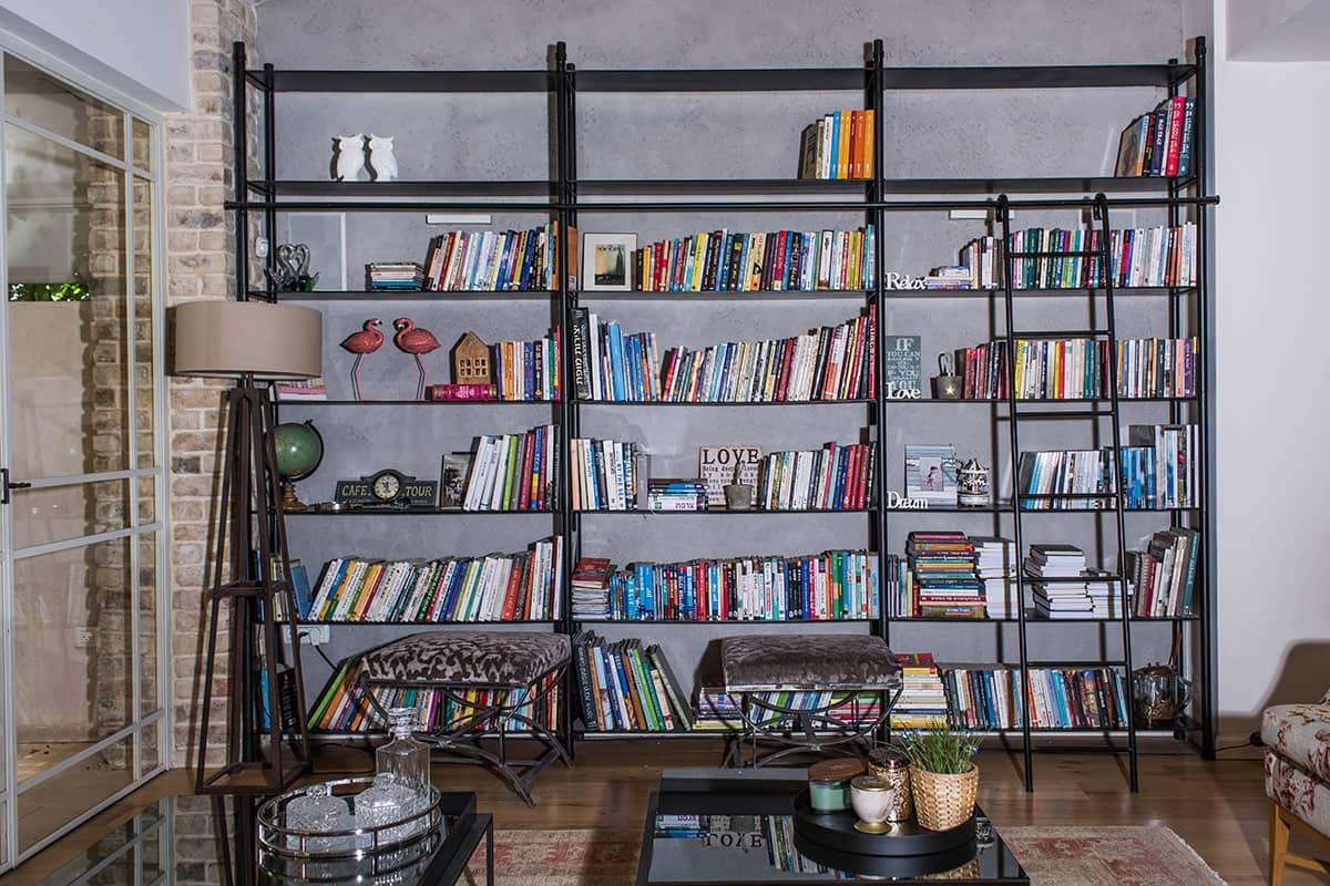 ספריית הברזל בסלון והסולם - ארטפרו וילה ביהוד