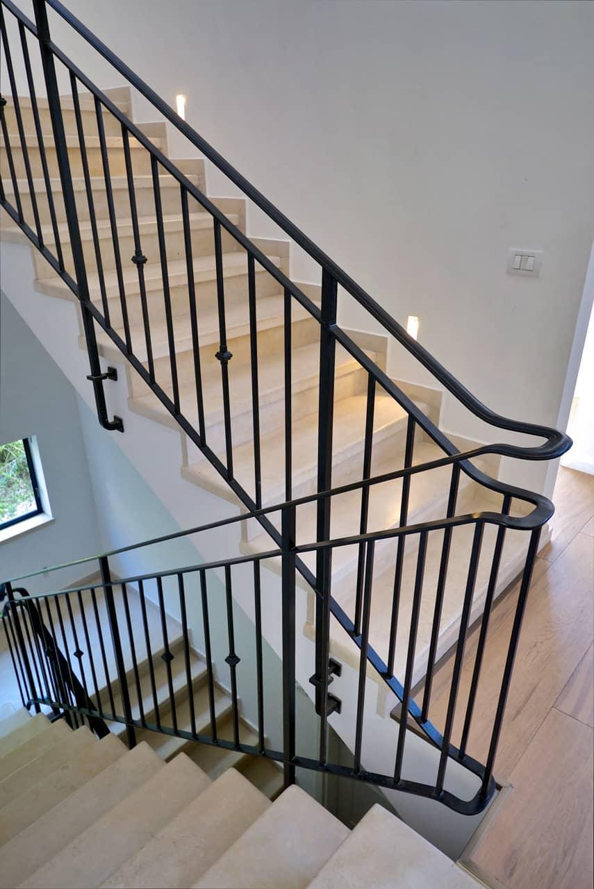 מעקה נפחות בגרם המדרגות - בית סיגל דקל