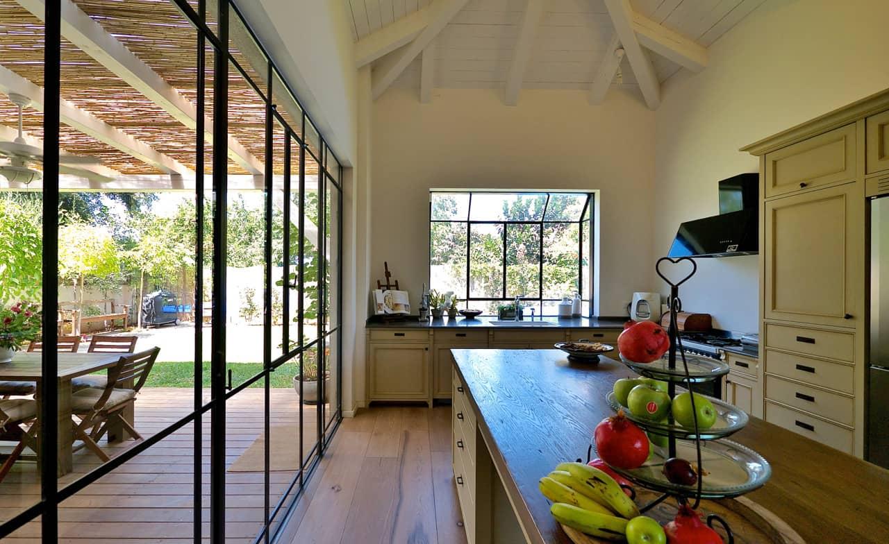 המטבח עם הוויטרינה וחלון ה bay - בית סיגל דקל