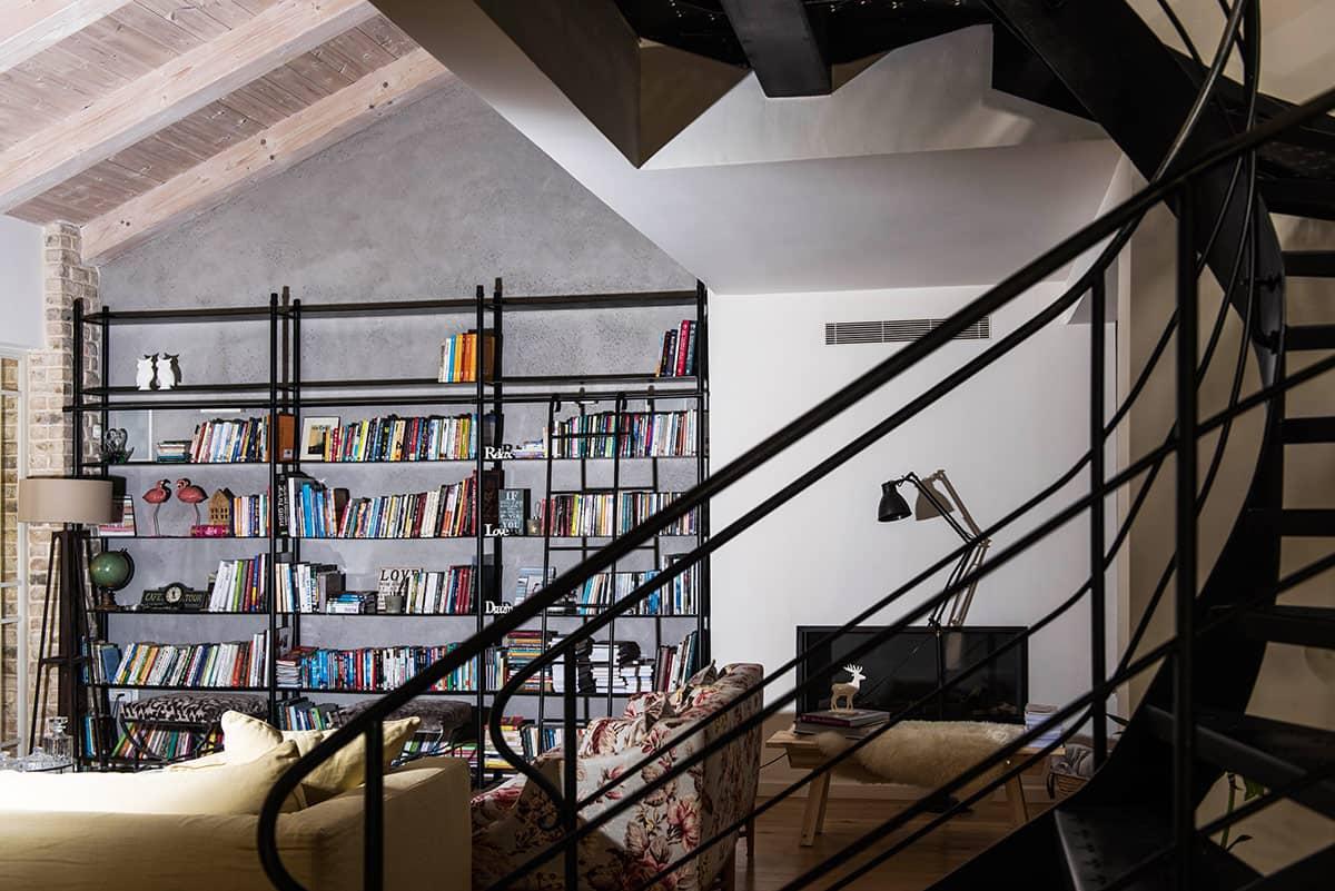 ספריית הברזל בסלון וגרם המדרגות - ארטפרו וילה ביהוד