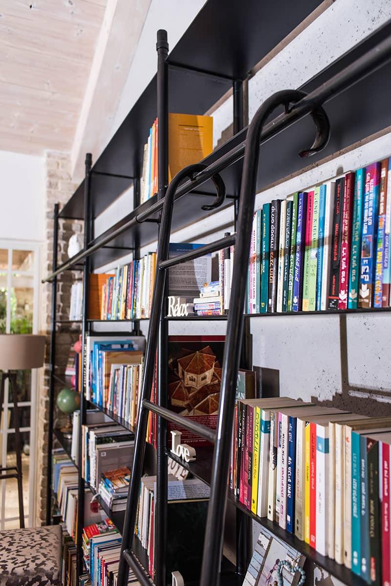 ספריית הברזל בסלון - ארטפרו וילה ביהוד