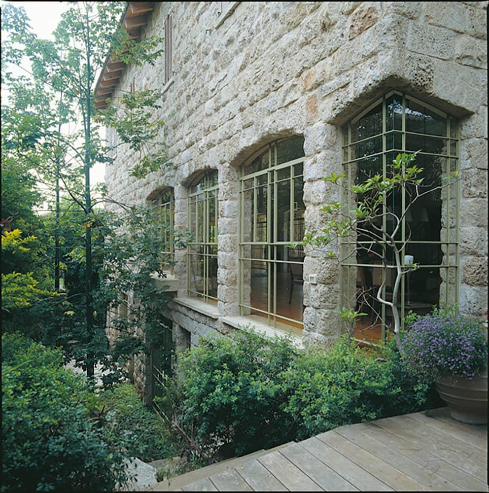 חלון פרופיל בלגי קשתי בפינת הבית – בית הכורכר בכפר שמריהו