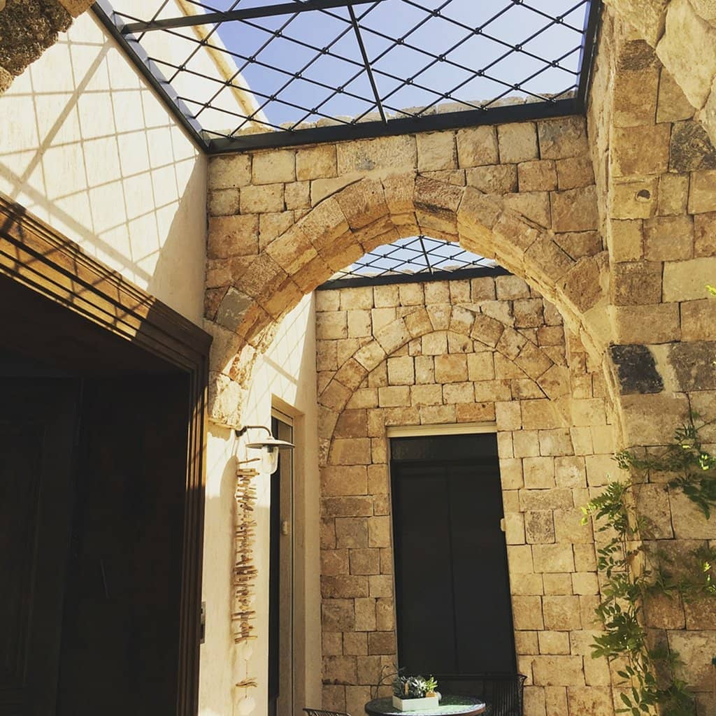 פרגולה מברזל במבנה עתיק