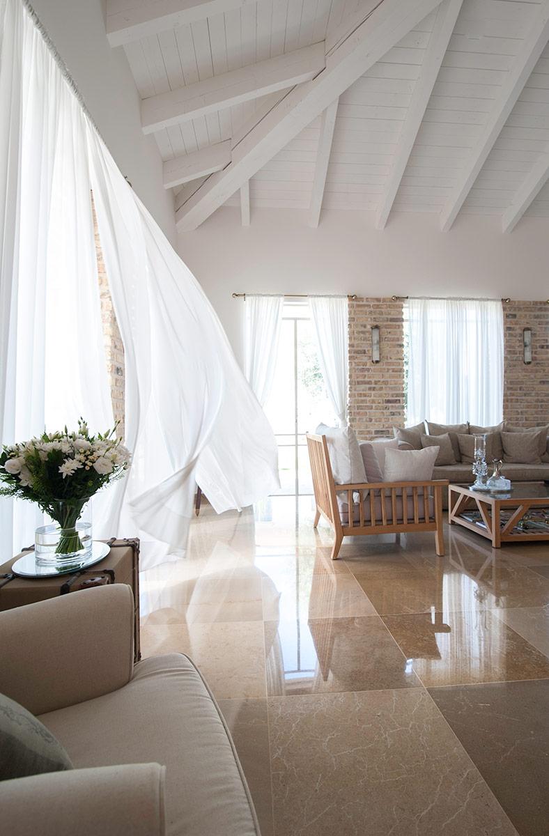 וילונות לבנים מתנופפים ברוח – הבית הלבן ארטפרו