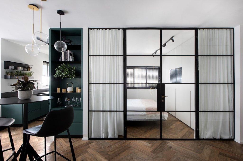 מחיצה פנימית עם דלת מפרופיל בלגי שחור מפריד בין חדר השינה לבית - ארטפרו