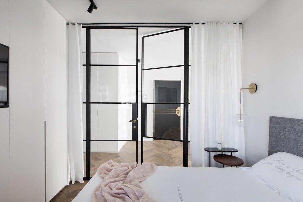 מחיצה פנימית עם דלת מפרופיל בלגי שחור בחדר השינה - ארטפרו
