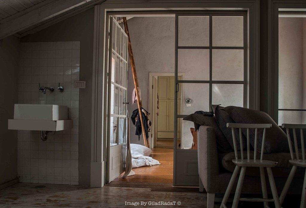 מחיצה ודלתות פנים מפרופיל בלגי בצבע בז' - ארטפרו