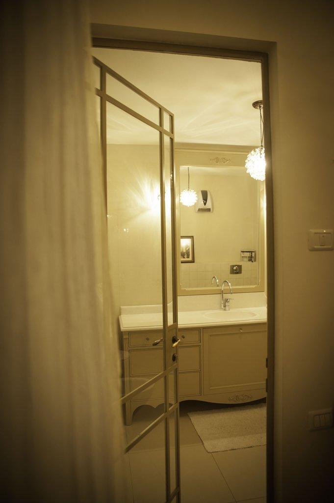 דלת פרופיל בלגי בצבע שמנת לחדר המקלחת - ארטפרו