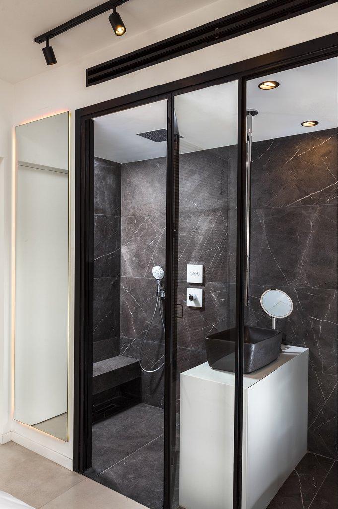 פרופיל בלגי שחור במקלחת - ארטפרו