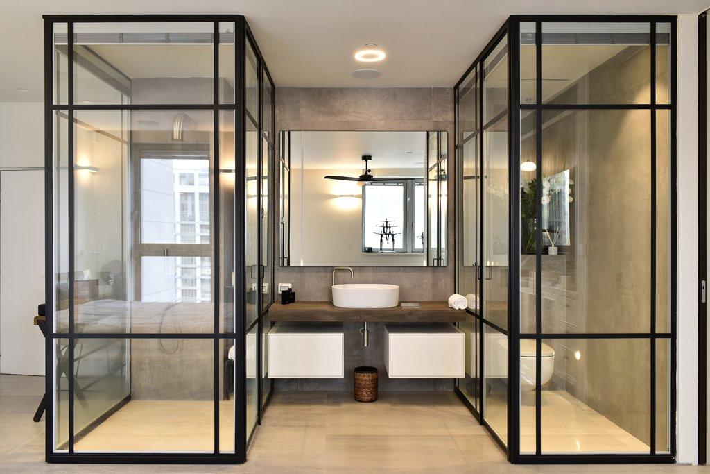 מחיצות ודלתות מפרופיל בלגי בחדר המקלחת והשירותים - ארטפרו