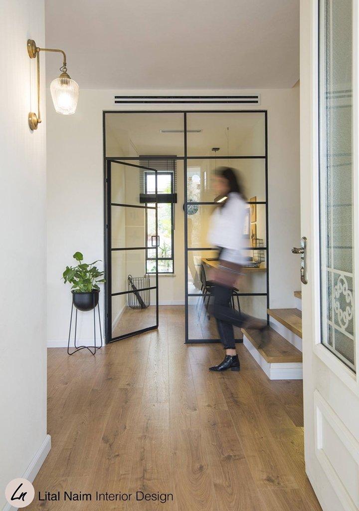 מחיצה ודלת פנימית מפרופיל בלגי דק בבית פרטי - ארטפרו